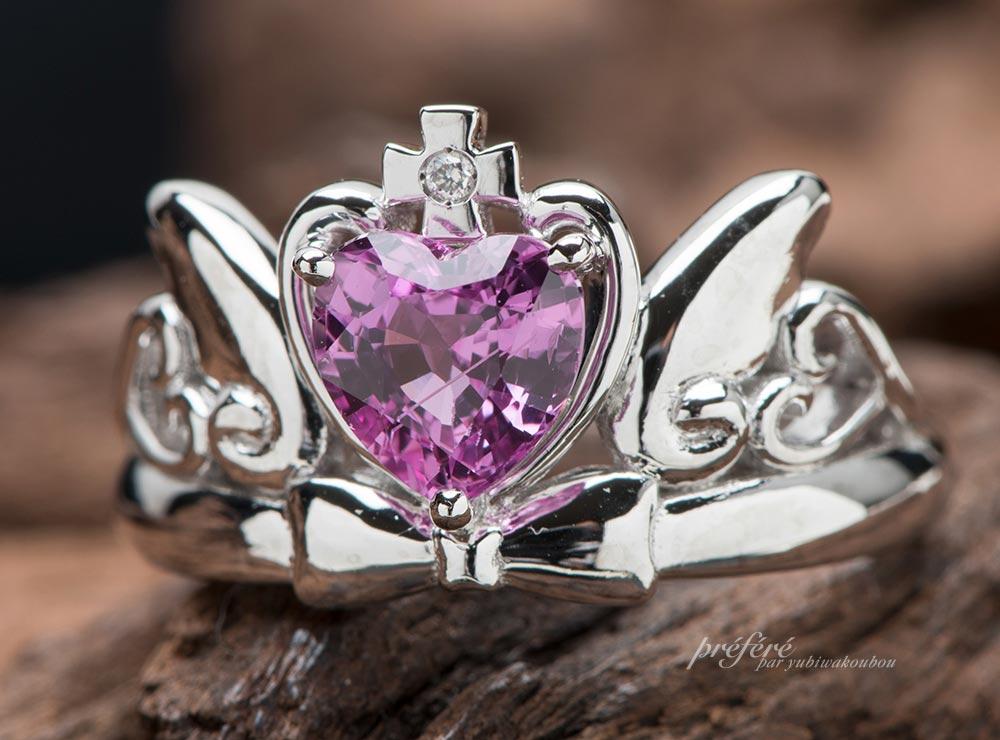 ティアラ婚約指輪はハートの形をしたピンクサファイア