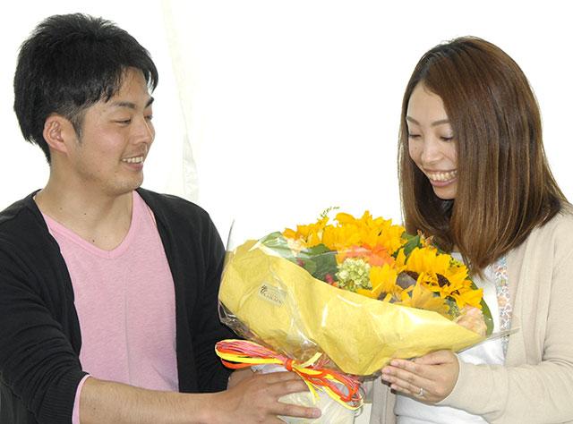 婚約指輪とひまわりの花をプレゼント