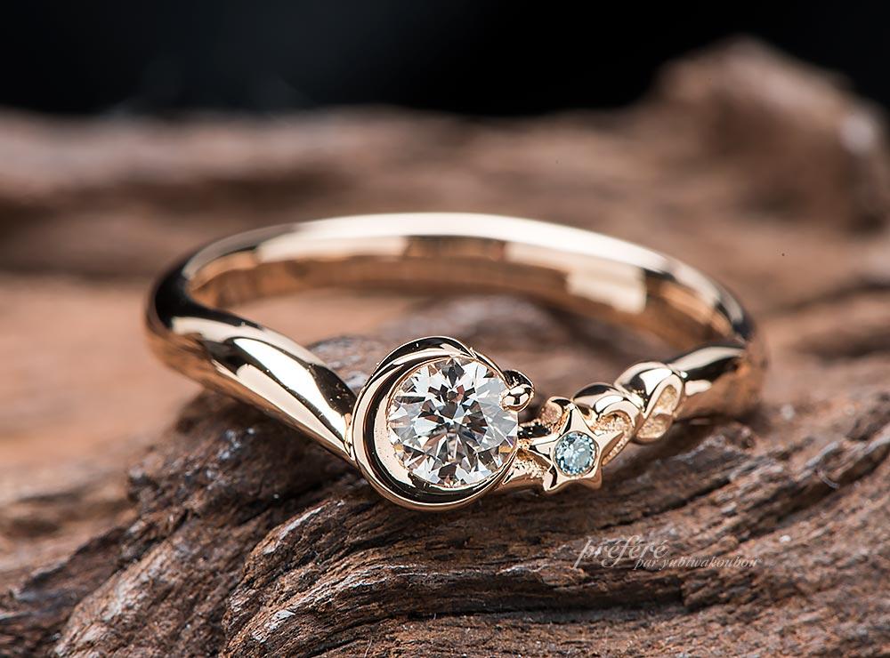 月と星とイニシャルの婚約指輪