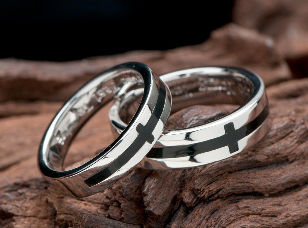 クロスにブラックカラ-を入れた結婚指輪