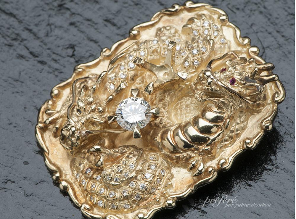 大きなダイヤモンドが2個ついた18金のタイロープ