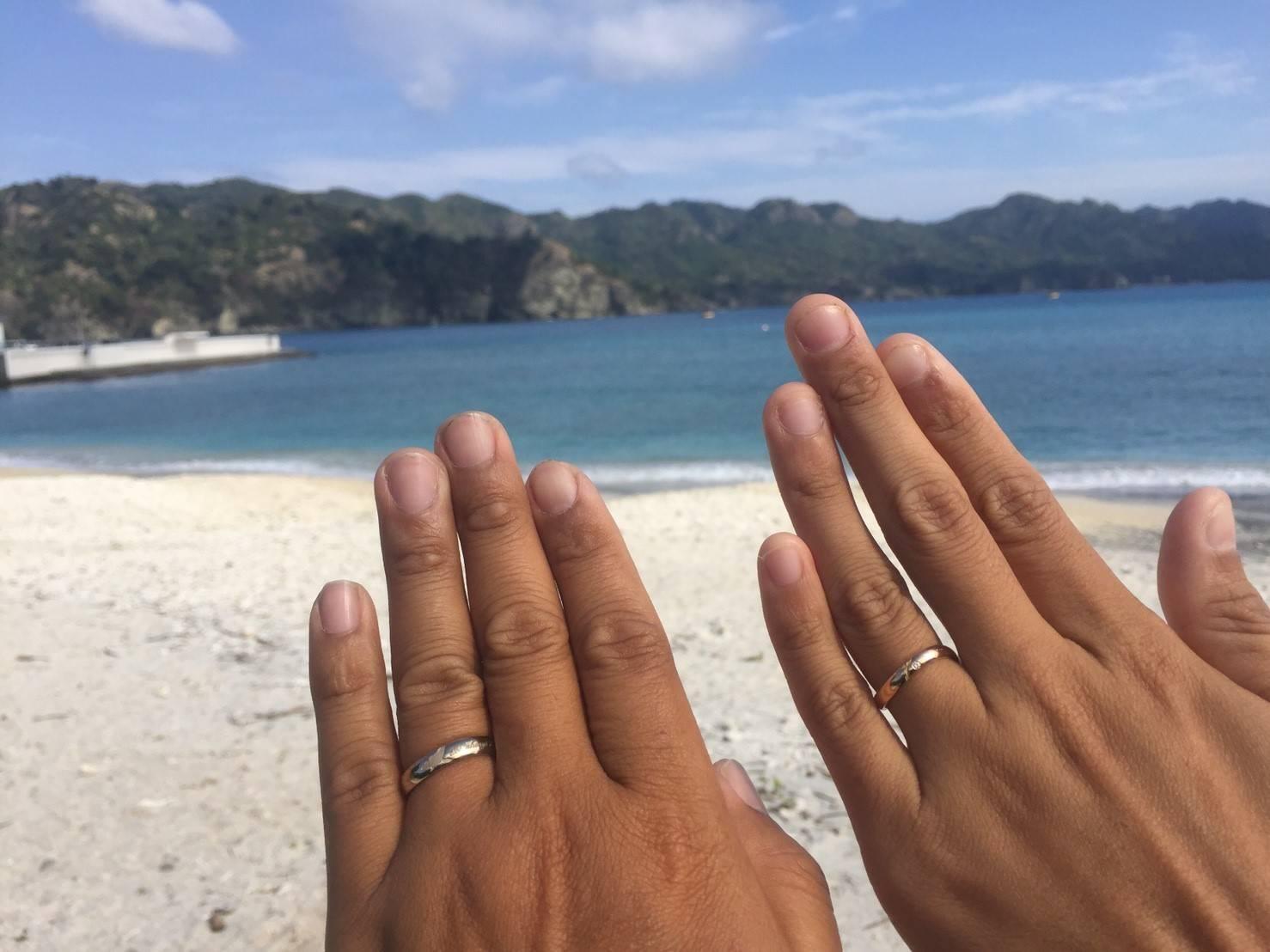 小笠原の海と指に着けた結婚指輪