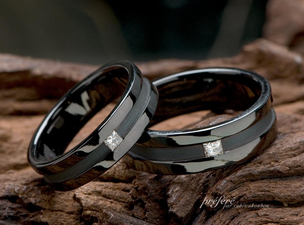 四角いプリンセスダイヤを留めたブラックリングは結婚指輪