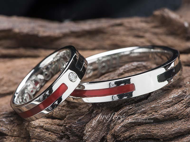 赤と黒で旗をデザインした結婚指輪