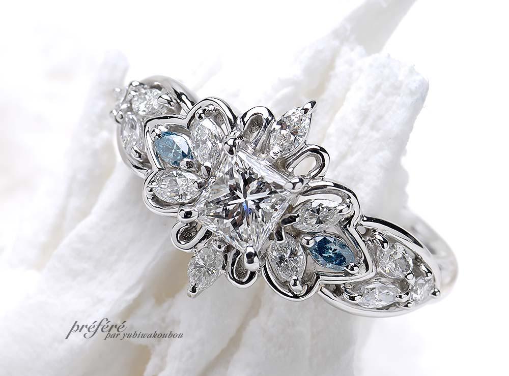 四角いプリンセスカットダイヤがお花になる婚約指輪