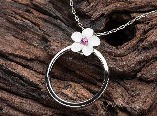 結婚指輪をセットするプルメリアのペンダント