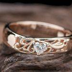 イニシャルとアラジンのランプの婚約指輪