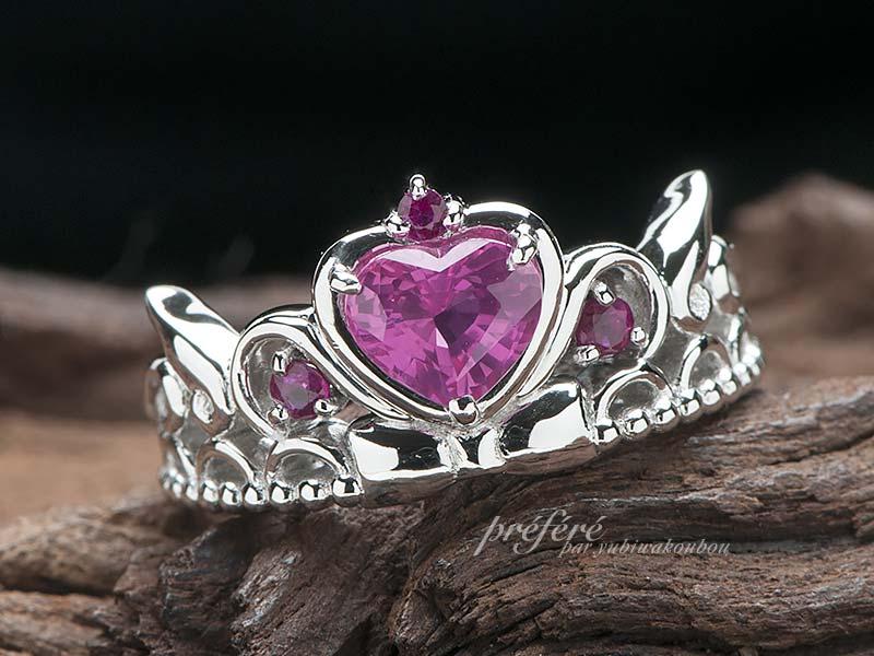ハート形ピンクサファイアの ティアラ型婚約指輪でプロポーズ