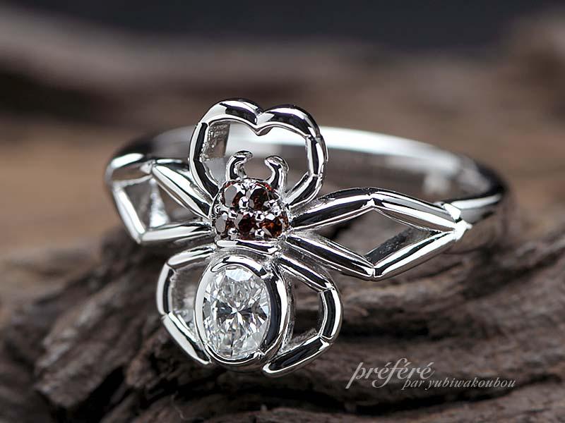 蜘蛛モチーフの婚約指輪のオーダーはオーバルダイヤ