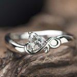 ハートのダイヤとイニシャルを入れた婚約指輪