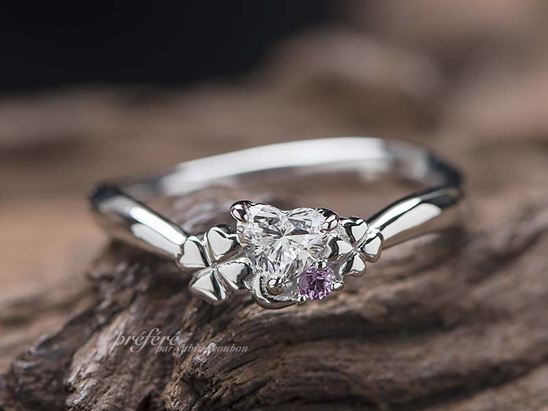 大小の四つ葉のクローバーを添えた婚約指輪のオーダー