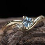 お誕生石のアクアマリンとハートダイヤの婚約指輪
