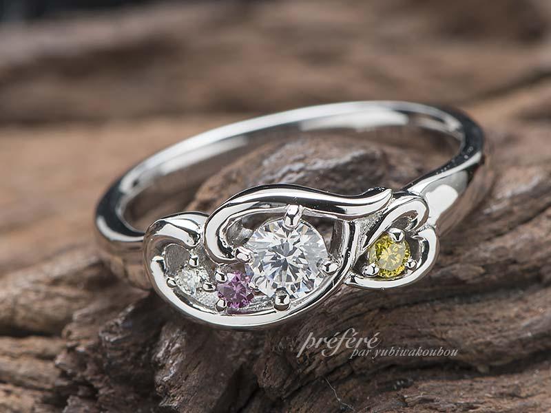 イニシャルとカラーダイヤを入れた婚約指輪