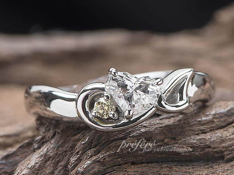 音符とイニシャルとハートダイヤの婚約指輪