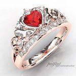 天使の羽根とイニシャルを添えた婚約指輪オーダーメイド。