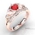 ティアラリングに天使の羽根とイニシャルを添えた婚約指輪オーダー