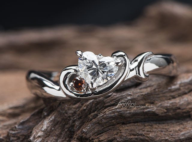ハートダイヤにイニシャルを添えた婚約指輪