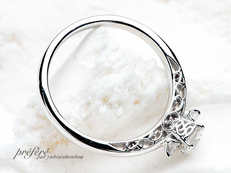 側面にイニシャルをアレンジした婚約指輪