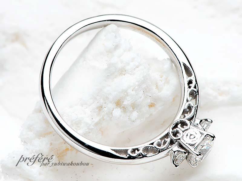 側面に薔薇をアレンジした婚約指輪