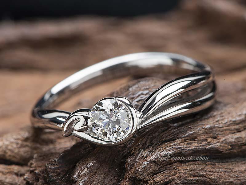 ウサギの耳を添えた婚約指輪