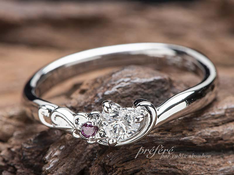ハートのダイヤとスミレの花モチーフの婚約指輪