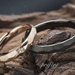 結婚指輪はオーダーでシンプルな槌目デザインのブラック仕上げ