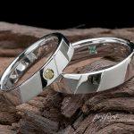 イエローダイヤを入れたイニシャルモチーフのオーダーメイド結婚指輪