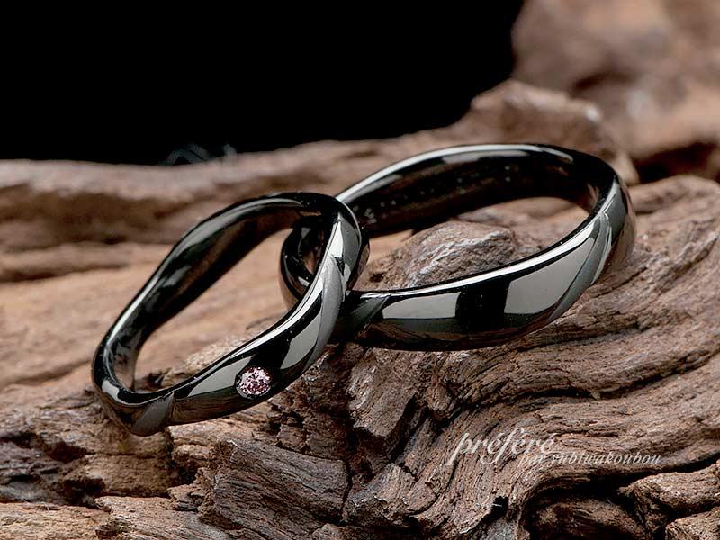ピンクダイヤを入れたブラックリングのオーダー結婚指輪