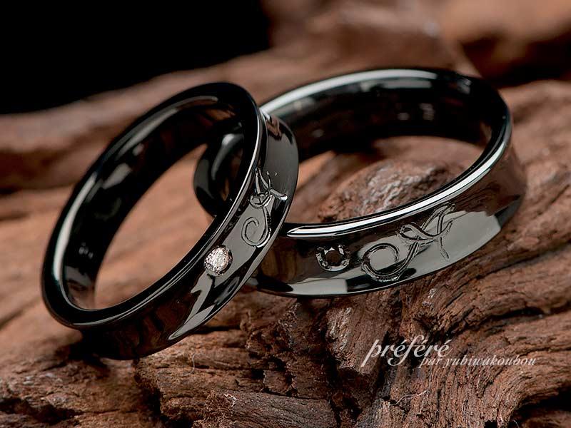 イニシャルをアレンジした逆甲丸形状のブラックリングはオーダー結婚指輪