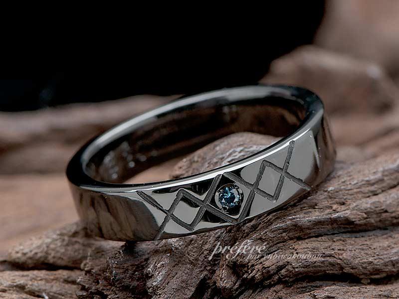幾何学模様のブラックリングのオーダー結婚指輪をサプライズプレゼント
