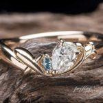 ペアシェイプダイヤに飛行機を添えたオーダーメイド婚約指輪