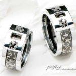 手彫りのデザインのブラックリングをセットする結婚指輪はオーダーメイド