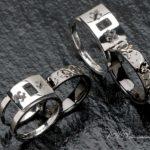 手彫りのデザインのブラックリングをセットする結婚指輪はオーダ