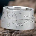 雪の結晶とイニシャル部分に釣り針がデザインされている結婚指輪はオーダー