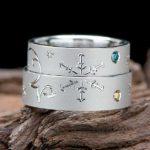 イニシャル部分に釣り針がデザインされている結婚指輪はオーダーメイド