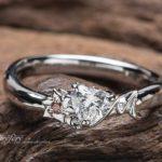 梨の花とイニシャルモチーフのオーダーメイド婚約指輪でプロポーズ
