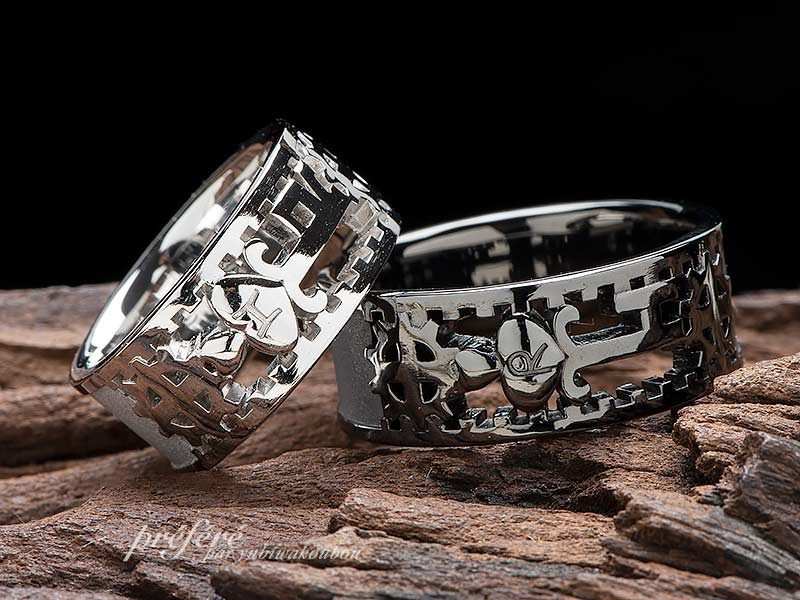 アンティーク調の鍵をモチーフにしたブラックリングのオリジナル結婚指輪