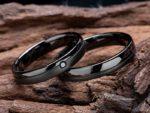 シンプルなデザインのブラックリングはオリジナル結婚指輪