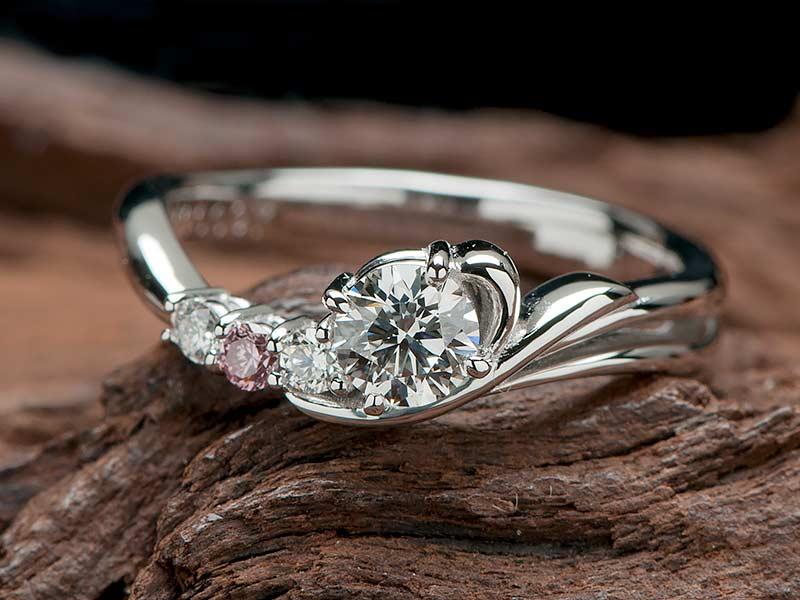ラウンドダイヤを入れたオリジナルデザインの婚約指輪でプロポーズ
