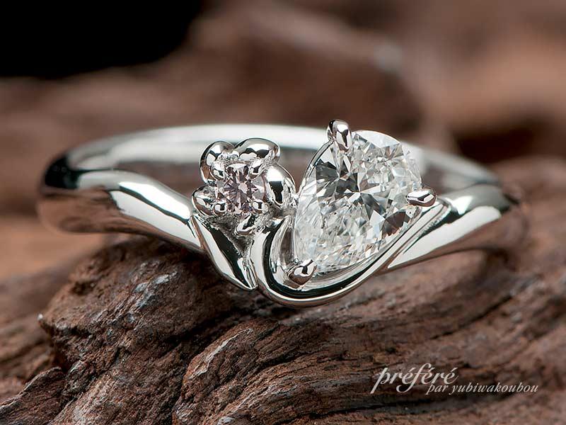 ファンシーピンクダイヤとペアシェイプダイヤを入れたエンゲージリング
