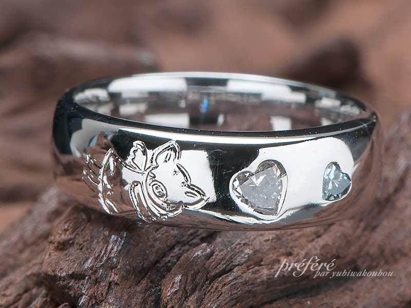 ハートダイヤとかわいいブタのデザインのエンゲージリング