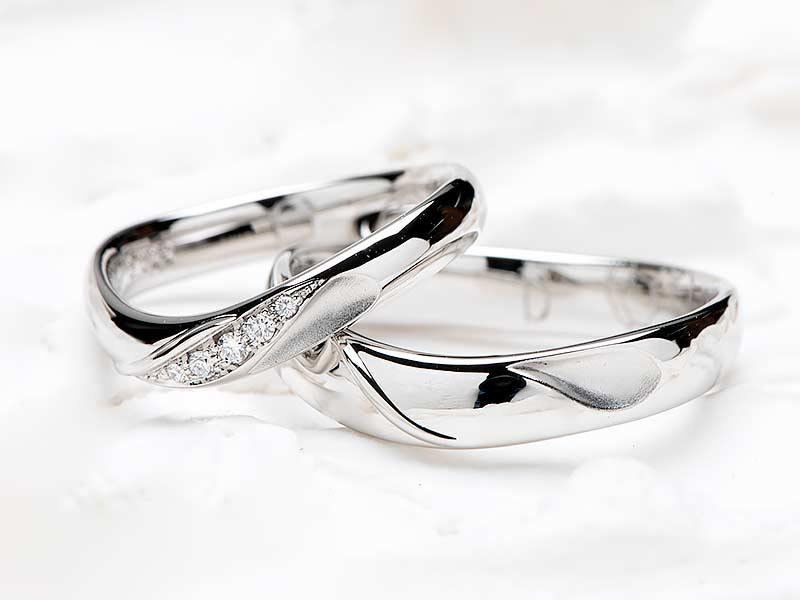 2本のリングを合わせるとハートになる結婚指輪