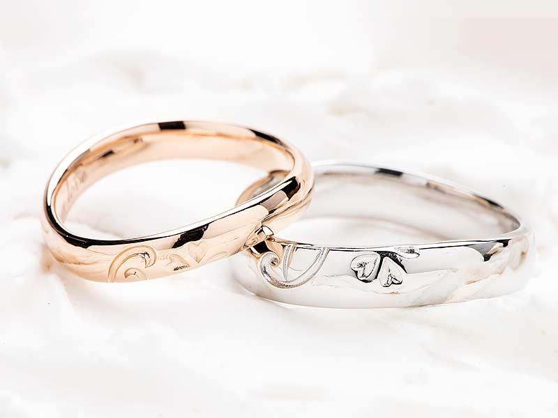二人のリングを重ねるとイニシャルと桜の花になる結婚指輪